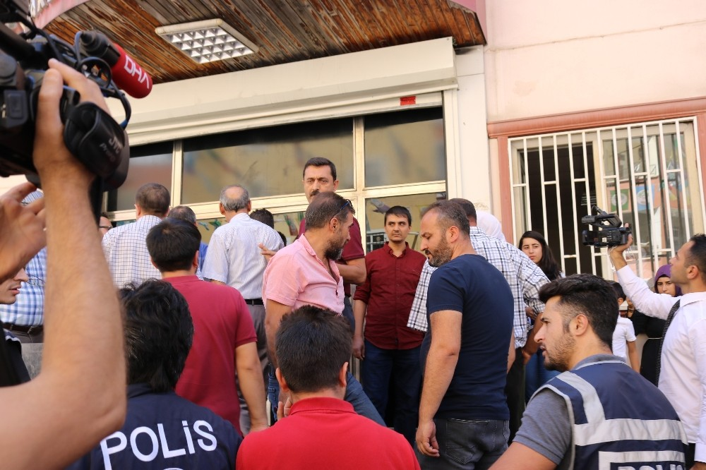 HDP'liler oturma eylemi yapan aileye ve basın mensuplarına saldırdı