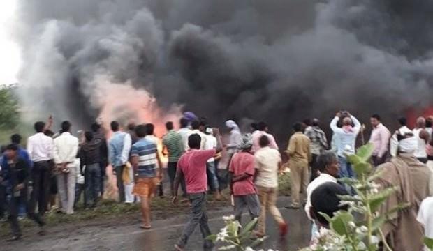 Hindistan'da devrilen otobüs alev aldı: 27 kişi öldü