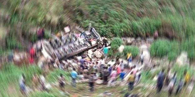 Hindistan'da otobüs TIR'a çarptı: Çok sayıda ölü ve yaralı var