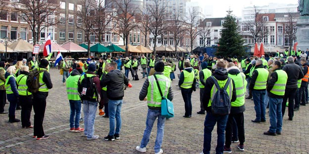 HOLLANDA'DA 'SARI YELEKLİLER' 13 ŞEHİRDE SOKAĞA İNDİ! 'RUTTE DEFOL GİT!'