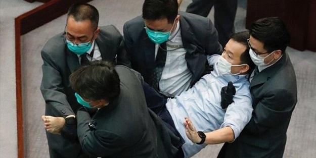 Hong Kong parlamentosunda kavga