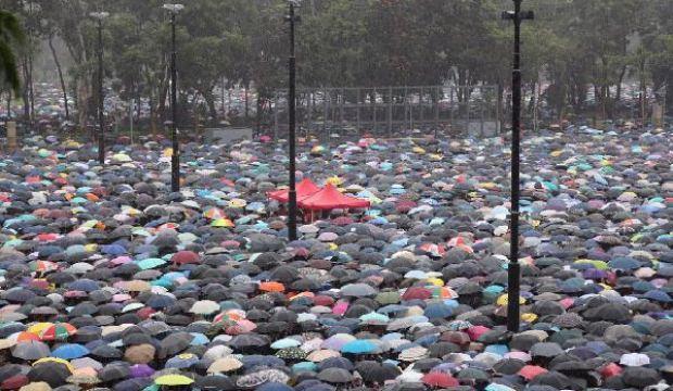 Hong Kong'da hareketlilik devam ediyor! Binlerce kişi sokağa döküldü