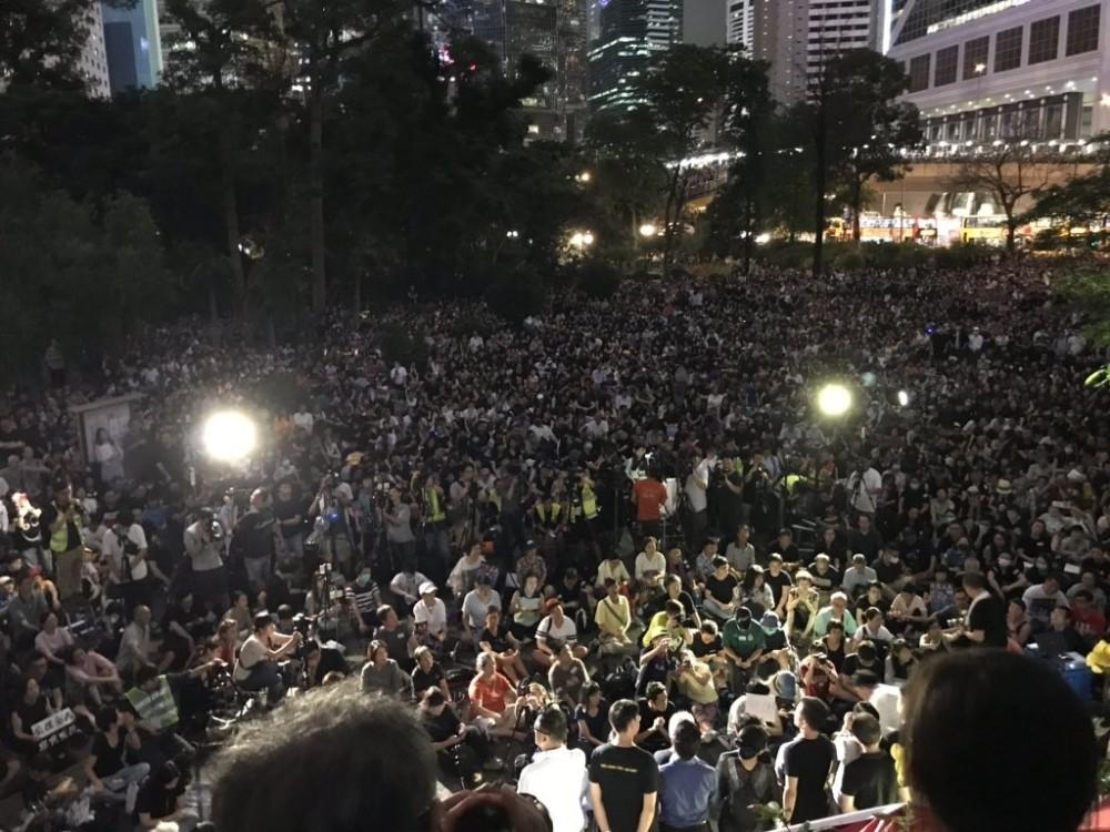 Hong Kong'da memurlar da sokaklara çıktı