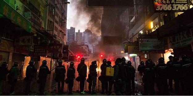 Hong Kong yanıyor: 90 polis yaralı!