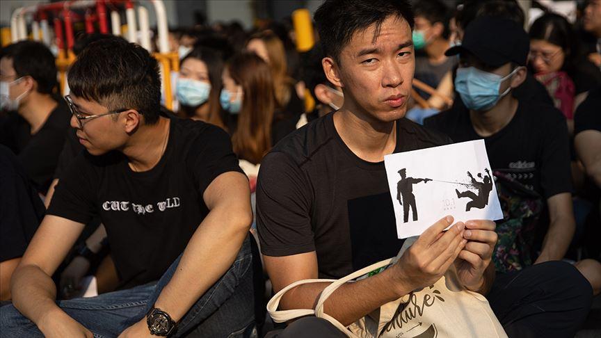 Hong Kong'da yüzlerce öğrenci oturma eylemi başlattı