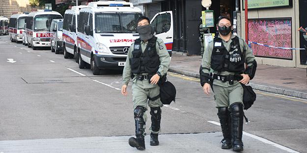 Hong Konglu göstericiler okla polis avlıyor