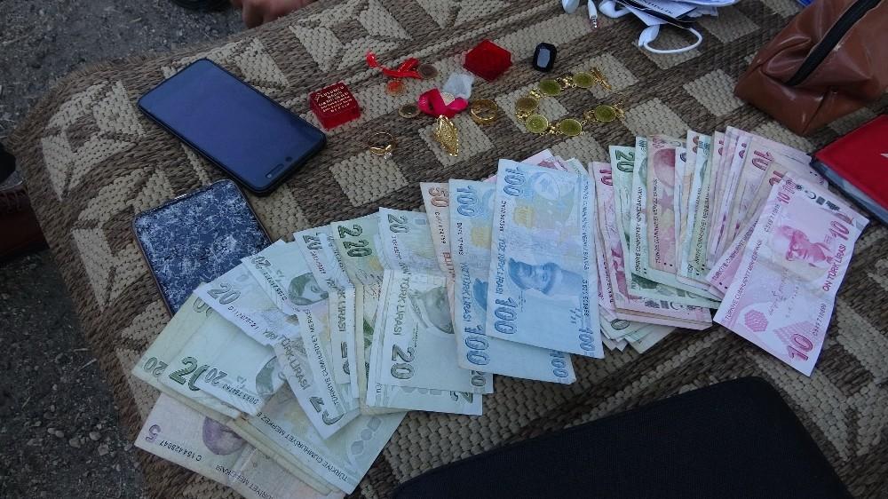 İcralık şoför bulduğu çanta dolusu altın ve parayı sahibine teslim etti