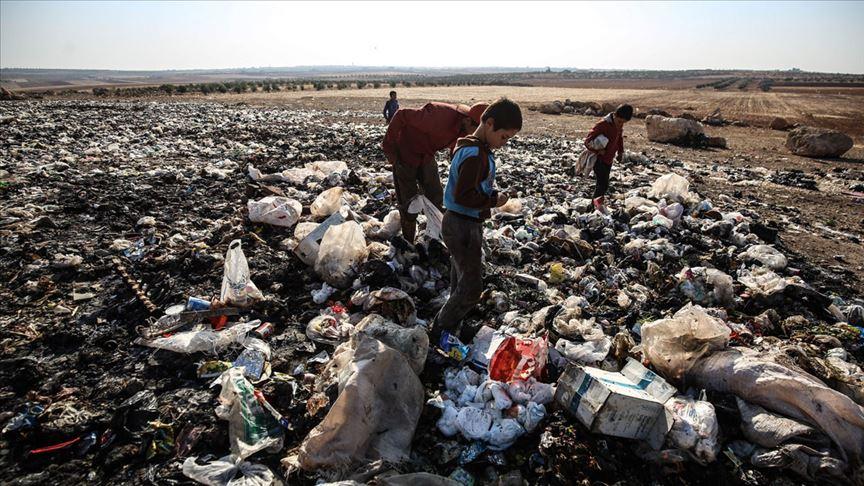 İdlibli çocuklar ekmeklerini çöpten kazanıyor