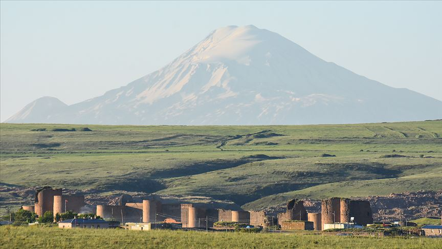 İhtişamlı Ağrı Dağı ile antik kent aynı karede