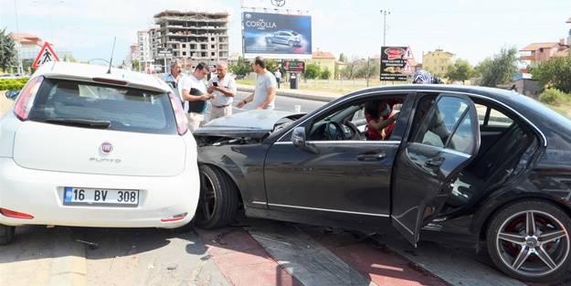 İki araç birbirine girdi: Yaralılar var