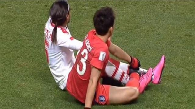 İki futbolcu birbirine düğümlendi