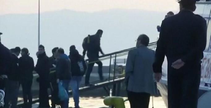 İlk mülteci gemisi Türkiye'ye geldi