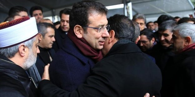 AK Partili Başkan İmamoğlu'na böyle sarıldı