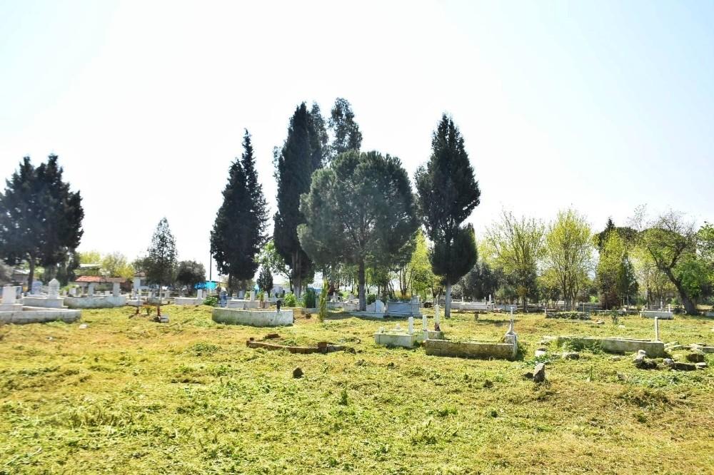 İncirliova'da belediye mezarlıkları temizliyor