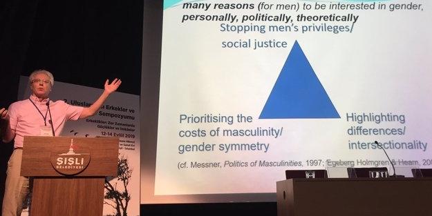 İngiliz profesör İstanbul'da ağzındaki baklayı çıkardı: Cinsiyeti yok etmek mümkün, erkeklikle mücadele etmeliyiz!