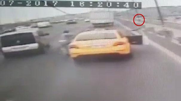 İntihar için geldiği taksi köprüde durmayınca, seyir halindeki taksiden atladı