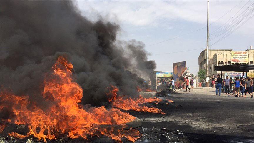Irak'ta göstericiler bazı hükümet binalarını yaktı