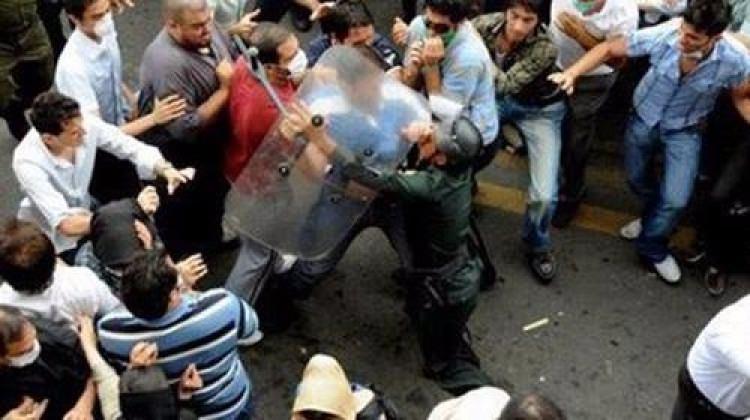 İran'da isyan! Devrim muhafızları linç ediliyor