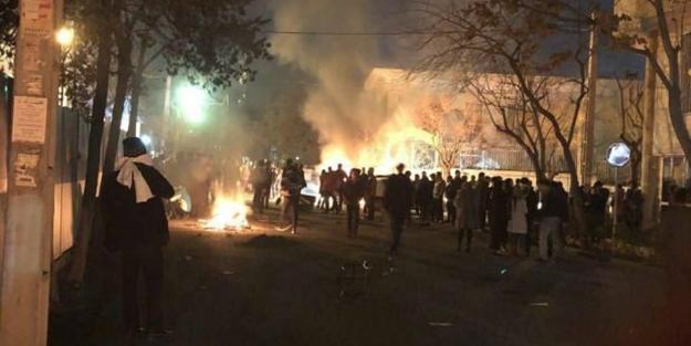 İran'da olaylar çığırından çıktı! En az 1000 kişiye gözaltı! Olaylarda ölü ve yaralılar var