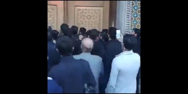 İranlılar türbelerin kapatılmasına isyan etti! Kapıları kırarak içeri girdiler