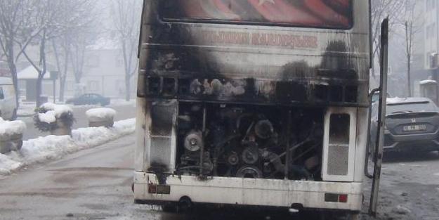 İşçileri almaya giden servis aracı yanmaya başladı