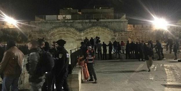 İşgalci İsrail güçleri namaz kılan Müslümanlara saldırdı