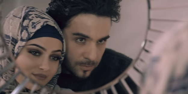 İsmail YK'dan skandal klip: Başörtüsünü rakıya meze yaptı!