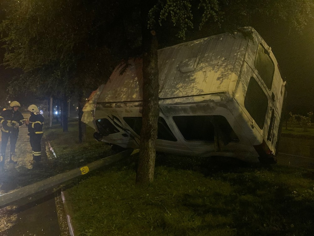 Isparta'da işçi minibüsü yan yattı, 5 kişi yara almadan kurtuldu