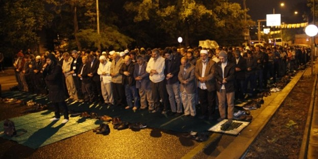 İsrail konsolosluğu önünde namazlı protesto