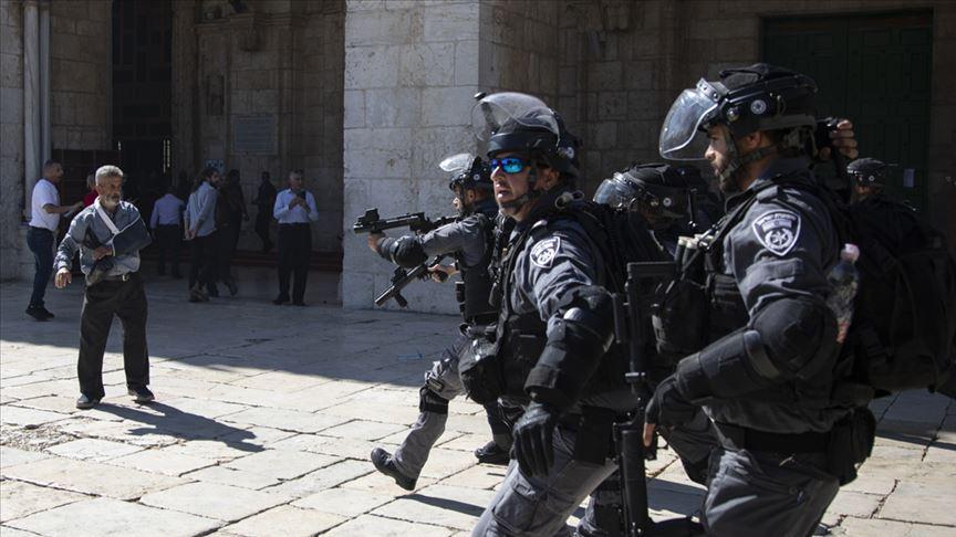 İsrail polisi Mescid-i Aksa'da cemaate saldırdı: 10 yaralı