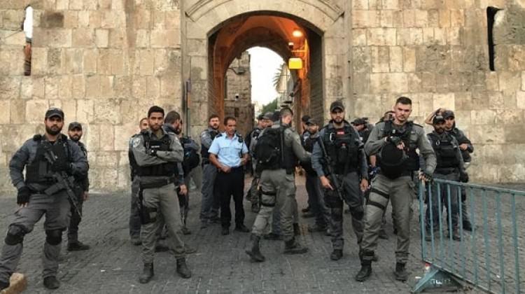 İsrail polisi Mescid-i Aksa'da cemaate saldırdı!