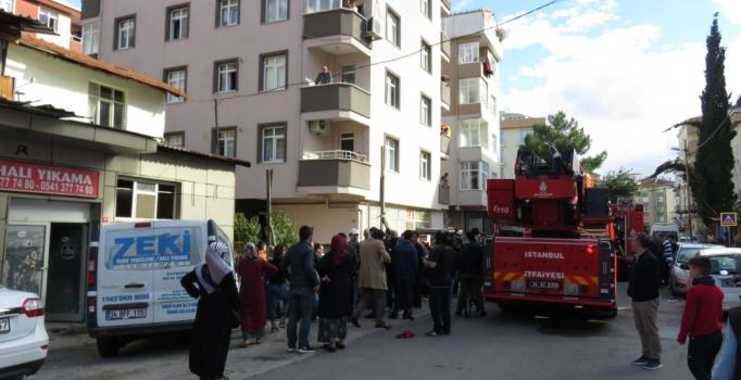 İstanbul Kartal'da yangın çıktı: Mahsur kalan baba ve çocukları kurtarıldı