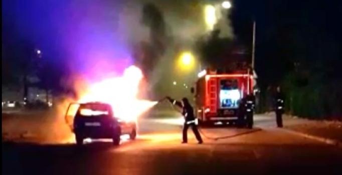İstanbul Maltepe'de seyir halindeki otomobil alev alev yandı