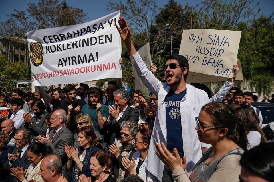 İstanbul Üniversitesi Cerrahpaşa Tıp'ta 'Bölünme' protestosu