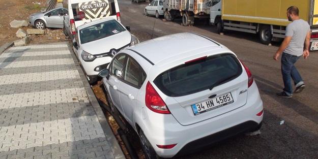 İstanbul'da araçlar çöken yola saplandı