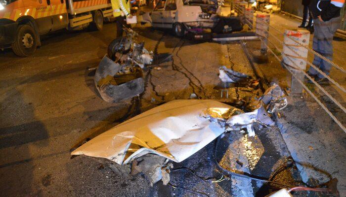 İstanbul'da feci kaza! Bariyerlere çarpan otomobil parçalandı: 2 yaralı