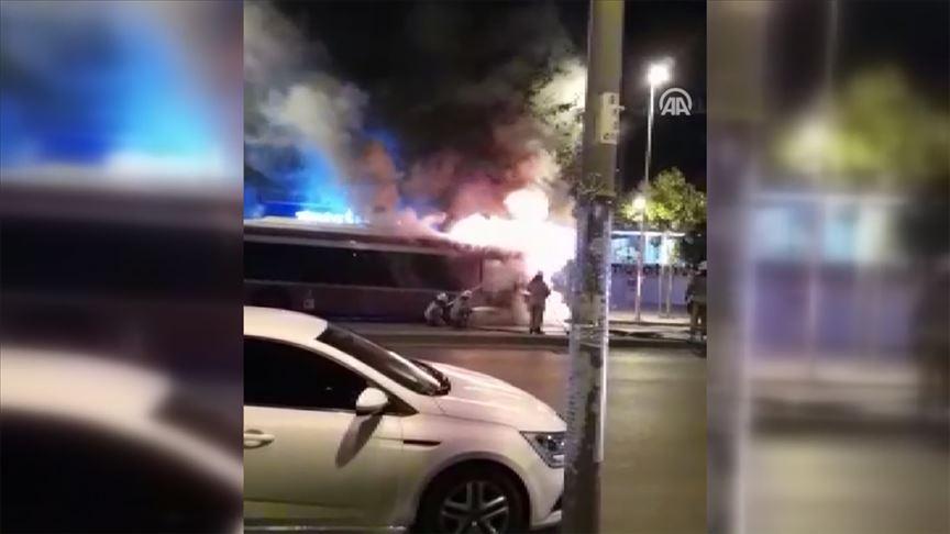 İstanbul'da halk otobüsü park halindeyken yandı