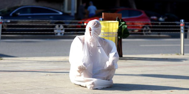 İstanbul'da ilginç görüntü! Poşetin içine girip bekledi