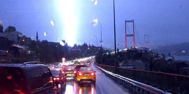 İSTANBUL'DA SAĞANAK YAĞIŞ HAYATI OLUMSUZ ETKİLEDİ