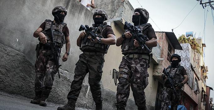 İSTANBUL'DA TERAS KATTAKİ UYUŞTURUCU İMALATHANESİNE POLİS BASKINI