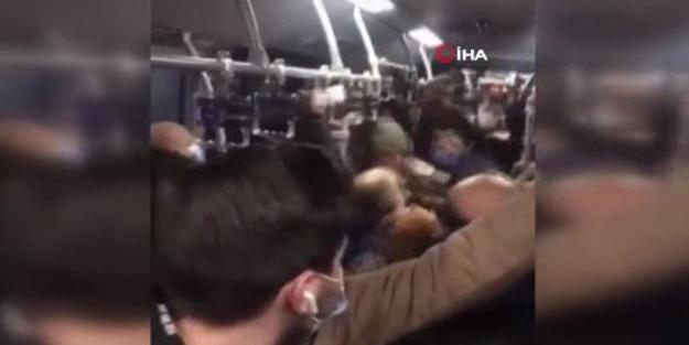 İstanbul'da tıklım tıkış metrobüste yumruk yumruğa kavga