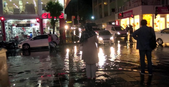 İstanbul'da yağmur yolları göle çevirdi