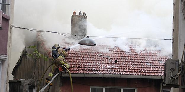 İstanbul'da yangın paniği! İtfaiye eri çatıdan düştü