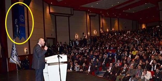 İstanbul'daki Hilafet konferansında Atatürk posteri tartışması