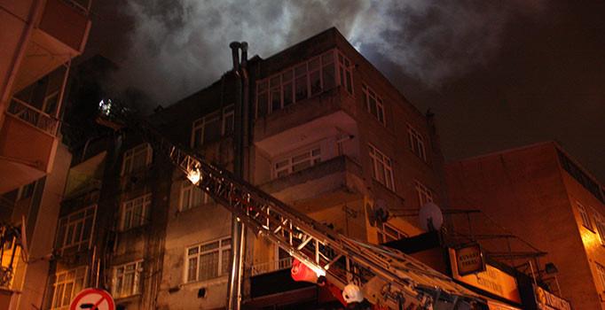 İstanbul'un Küçükçekmece ilçesinde korkutan yangın: Alev alev yandı