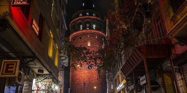 İstanbul'un simgeleri turuncu renkle aydınlatıldı