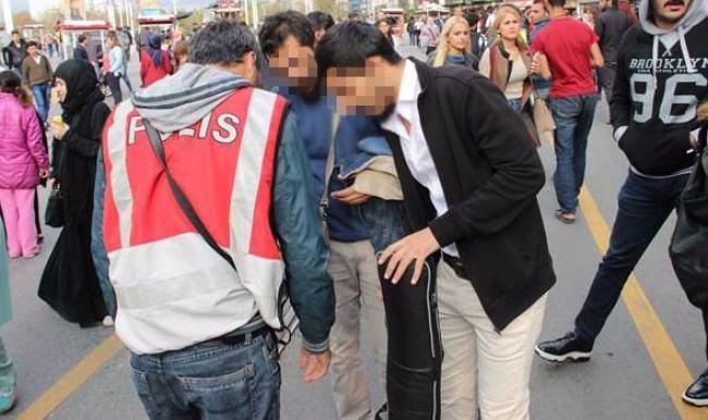 İstiklal'de çanta ve valizler didik didik arandı