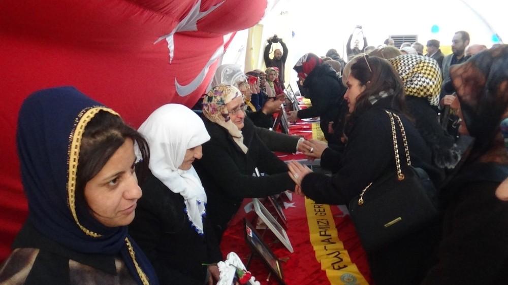 İTO üyeleri eşleri ile birlikte evlat nöbeti tutan aileleri ziyaret etti
