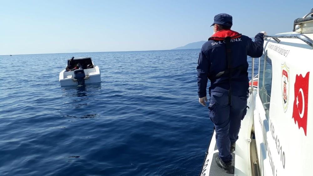İzmir açıklarında 6'sı çocuk 30 göçmen kurtarıldı