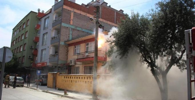 İzmir'de elektrik direğinde vuku bulan yangın korkuttu